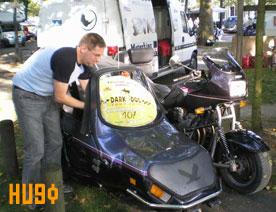 Hugo, ancien médecin Serbe en exil, pratiquant le sabotage sur une moto eud'chez nous, allez comprendre pourquoi ?