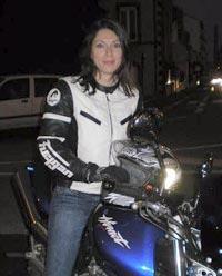 Laura, la jolie motarde sans qui le nain de jardin se serait égaré dans une forêt de champignons