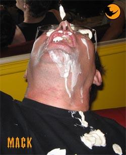 MACK victime d'une éjaculation faciale (faut dire qu'on a pas touché une gonzesse depuis des lustres)